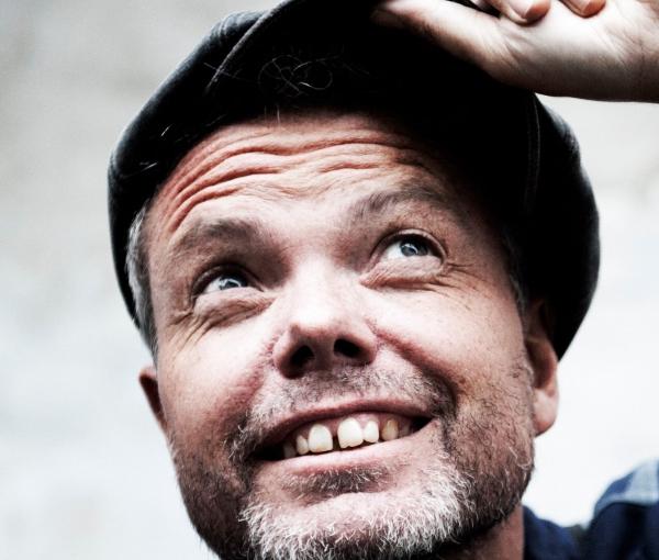 Rasmus Nøhr 'Tænker For Meget' og spreder godt humør
