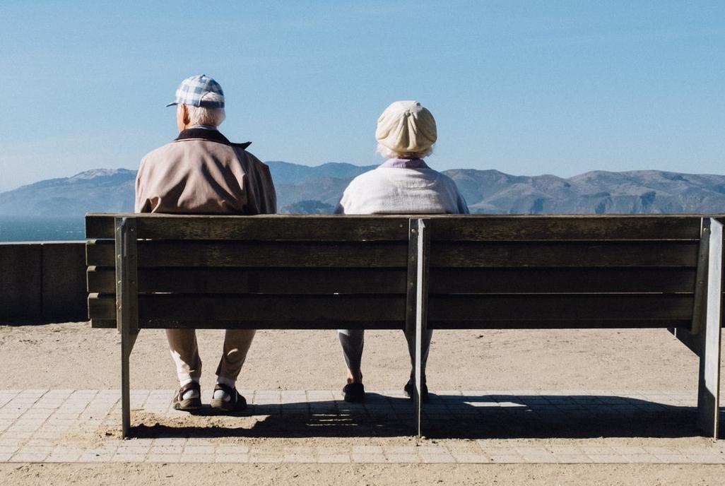 Ældre mennesker sidder på en bænk Foto af: Matthew Bennett, Unsplash