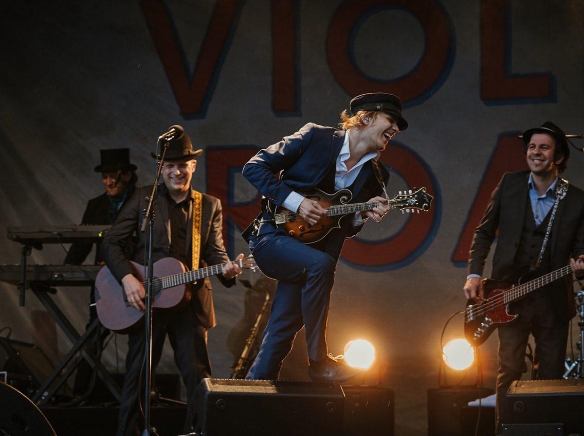 Band performer på scene  Foto af:  Vidar Nordli-Mathisen, Unsplash