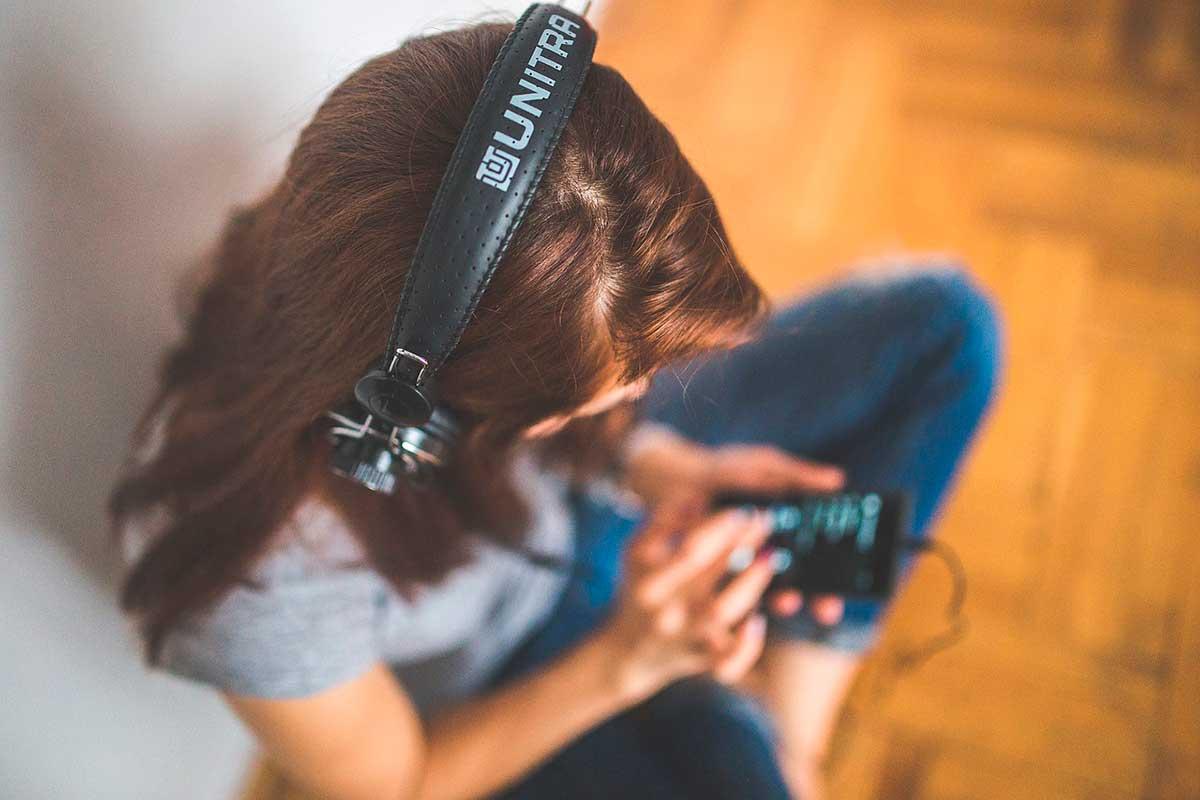 Person der lytter til musik