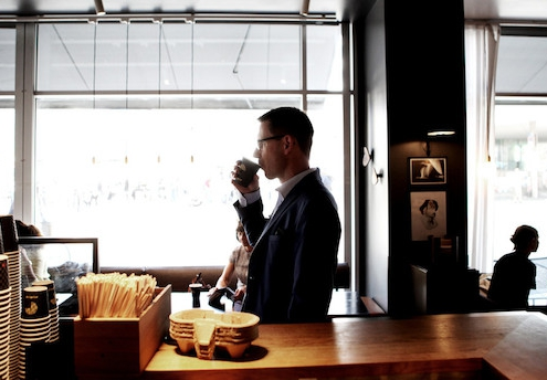 Arbejderbankens legeplads på Nørreport måler succesen i kaffedrikkende gæster